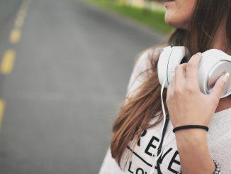 Молодая девушка с наушниками