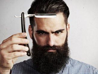 Мужчина с бородой и опасной бритвой
