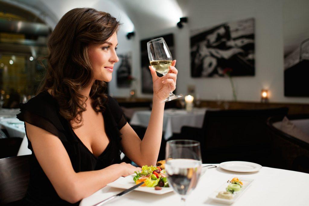 Молодая девушка с бокалом вина