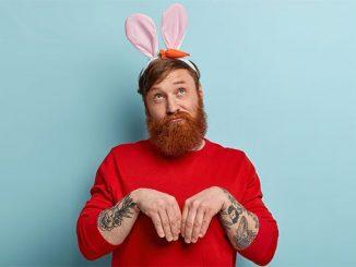 Бородатый мужчина с ушами зайчика на голове